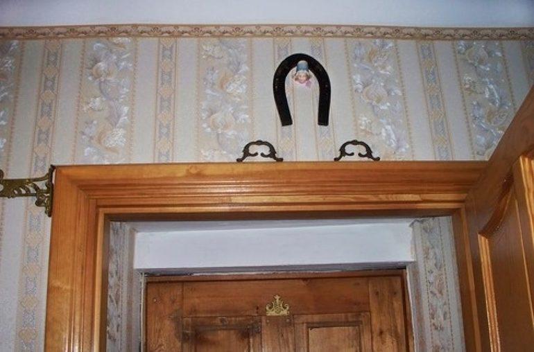 Подкова над дверью внутри комнаты