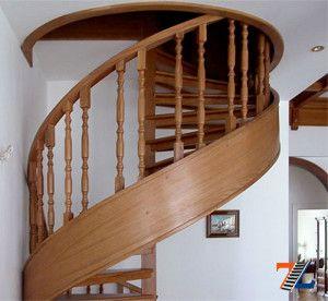 Вверх по деревянной винтовой лестнице
