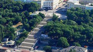 Потемкинская лестница (Одесса). Слева - фуникулер