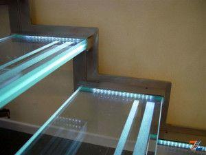 Магия света на стеклянной лестнице