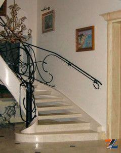 Комбинированная лестница: искусственный камень и ковка
