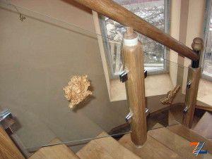 Перила стеклянные с деревянными стойками и поручнем и розеткой