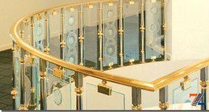 Перила стеклянные в золотистом обрамлении