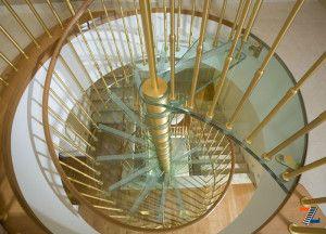 Стеклянная спираль лестницы