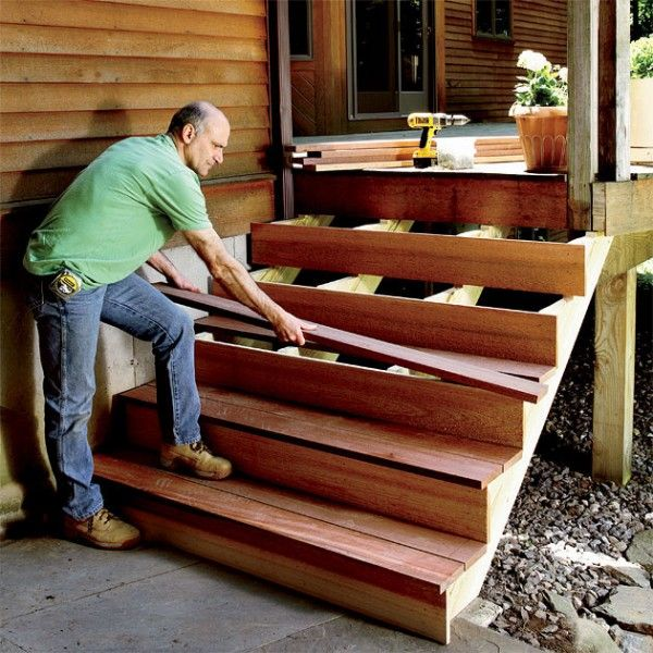 Мужчина чинит лестницу