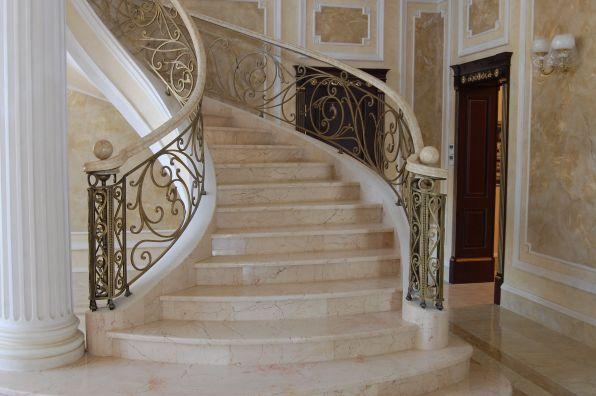 Лестница в стиле барокко  в доме