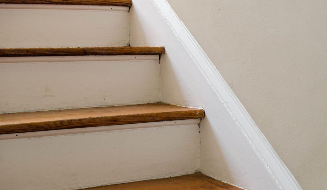 Деревянная лестница, требующая реставрации