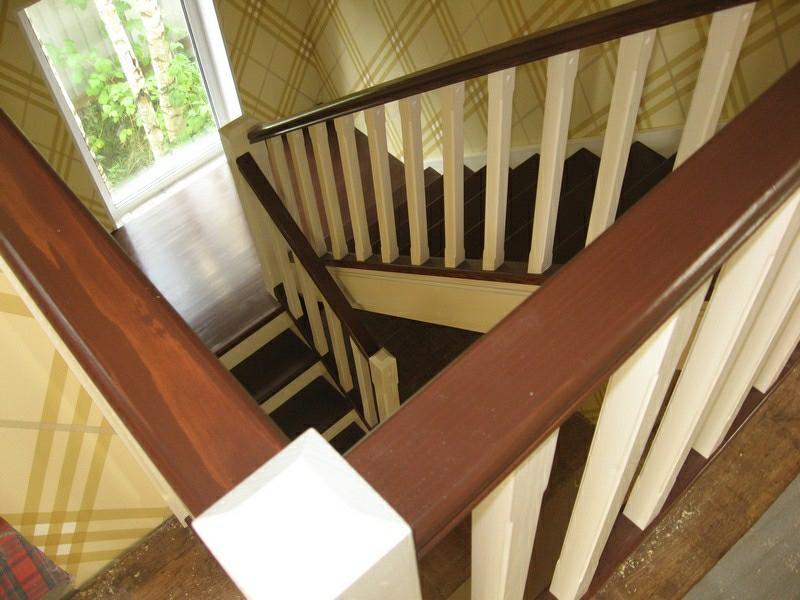 Советы по самостоятельной покраске деревянной лестницы