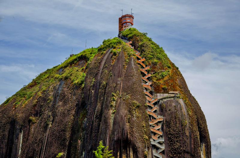 Страшная лестница на скале Эль-Пеньон-де-Гуатапе в Колумбии