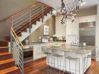 Кухня-столовая в пространстве под лестницей