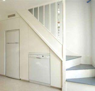 Встроенная бытовая техника под лестницей