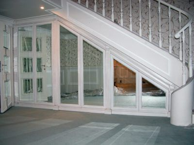 Зеркальный шкаф под лестницей