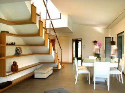 Декоративные стеллажи под лестницей