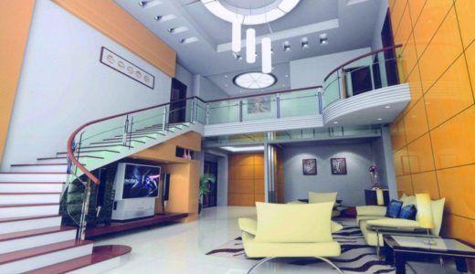 Гостиная, вписанная в пространство под большой лестницей
