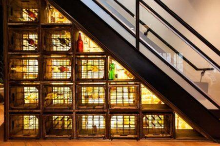 Секции для хранения бутылок с вином под лестницей