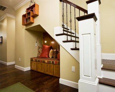 Зона отдыха в восточном стиле под лестницей