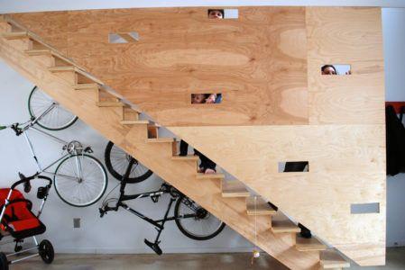 Место для хранения велосипедов и колясок под лестницей
