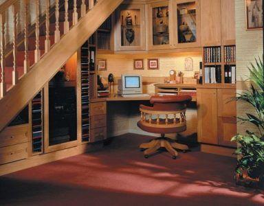 Рабочий кабинет в пространстве под лестницей