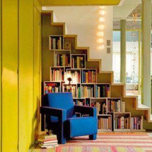 Книжные шкафы под ступенями лестницы