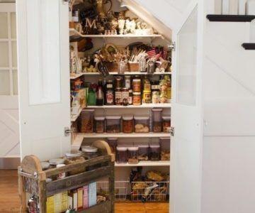 Кладовка для продуктов под лестницей