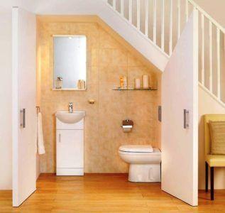 Туалет в пространстве под лестницей