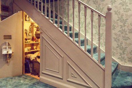 Место для хранения инструментов под лестницей