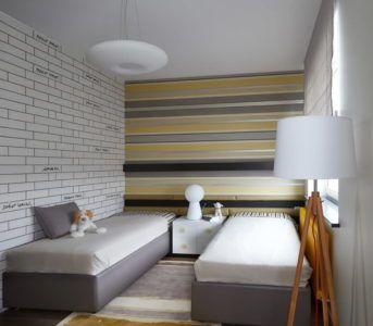 Интерьер комнаты с обоями в горизонтальную полоску