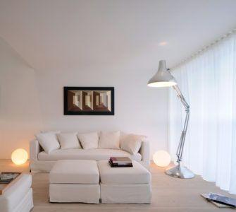 Напольный светильник в интерьере маленькой комнаты