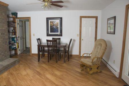 Интерьер комнаты с диагональной укладкой ламината