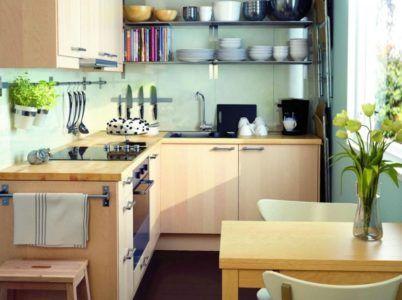 Дизайн маленькой кухни с функциональными полками