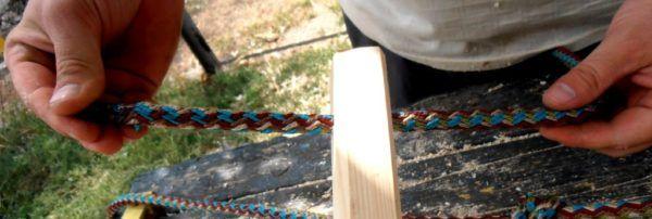пропустить верёвку сквозь отверстие
