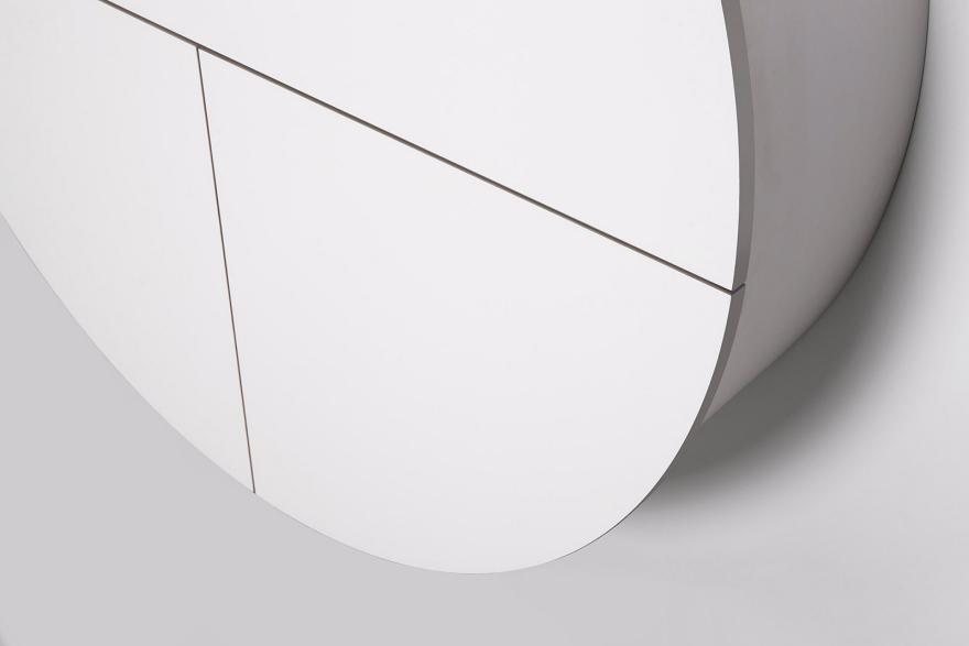 Белый настенный шкафчик сбоку