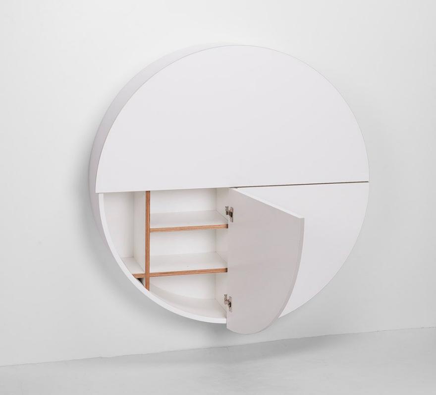 Белый шкафчик с открытой дверцей