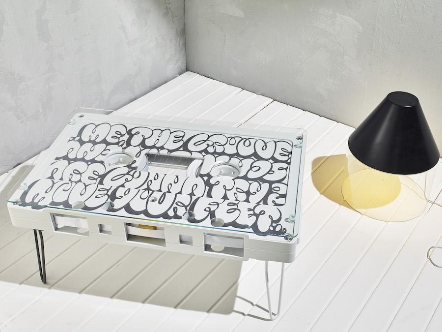 Белый столик в виде кассеты