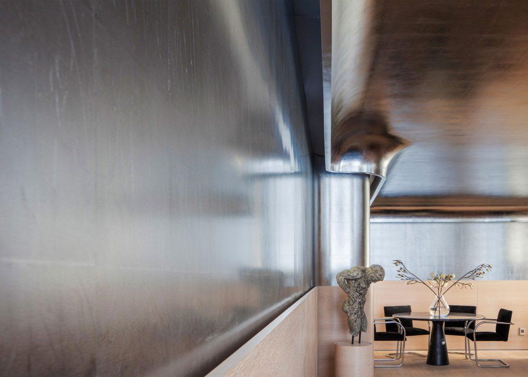 Серебристые панели в стенах
