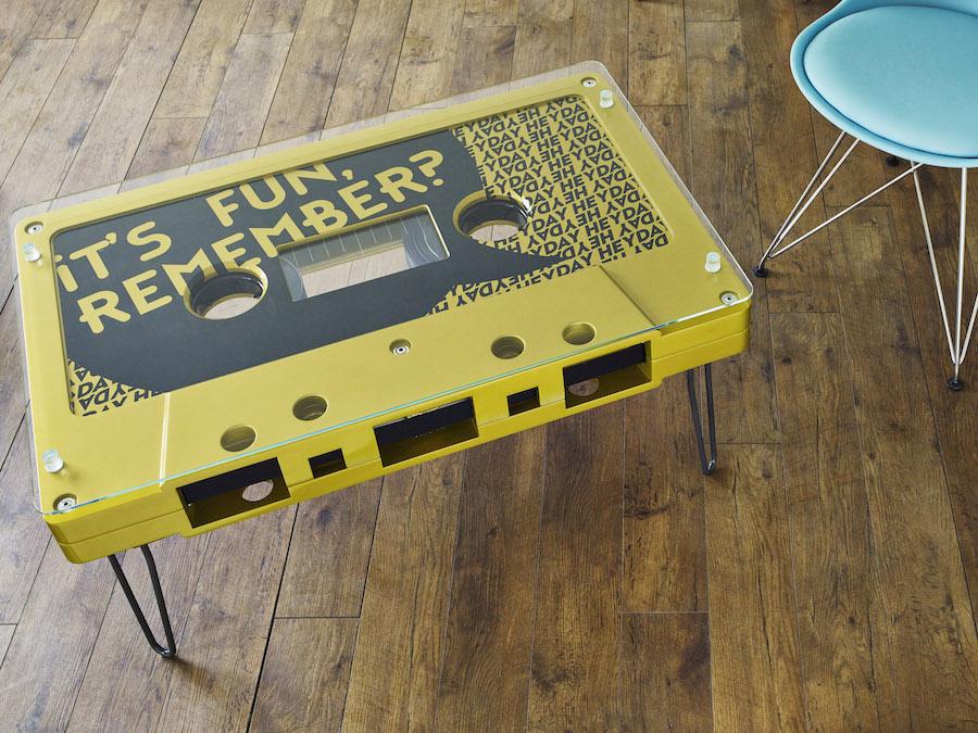 Желтый столик в виде кассеты