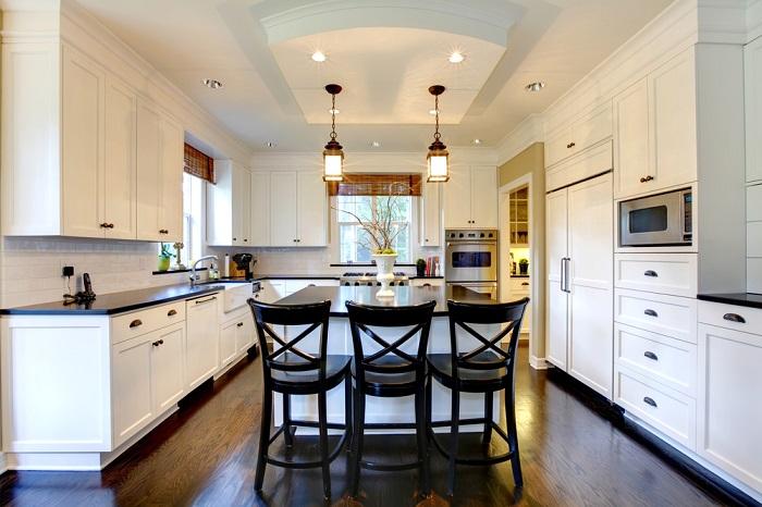 Кухонные гарнитуры под потолком