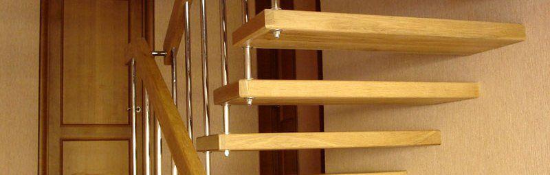 Одна сторона ступенек вмонтирована в стену