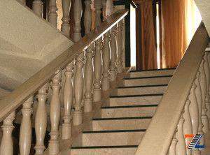 Холодность и чистота мраморных лестниц