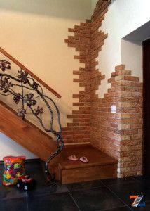 Отделка стен рядом с лестницей