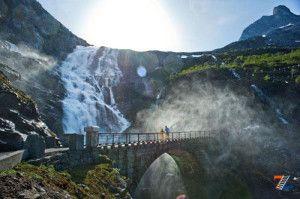 Мостик у водопада