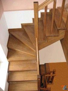 Забежные ступени на второй этаж в небольшом доме