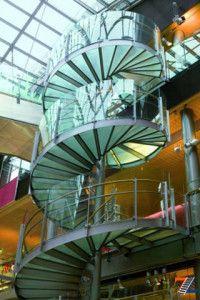 Моллирование стекло в ограждении винтовой лестницы