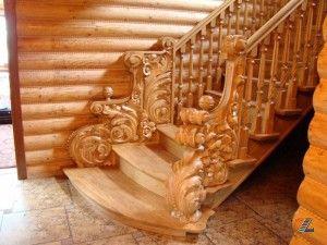 Деревянная лестница ручной работы нуждается в регулярном очищении завитков от пыли