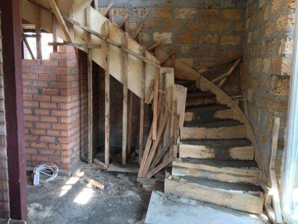 Установка опор под бетонную лестницу