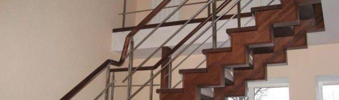 Металлическая лестница, обшитая деревом