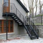 Металлическая лестница на чердак с улицы