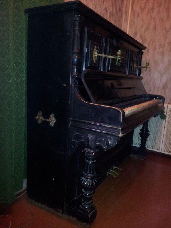 Пианино с декоративными ножками