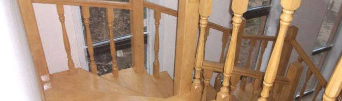 Крепление опорных деревянных балясин к полу