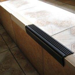 Уголок на ступени для безопасности и декоративного оформления